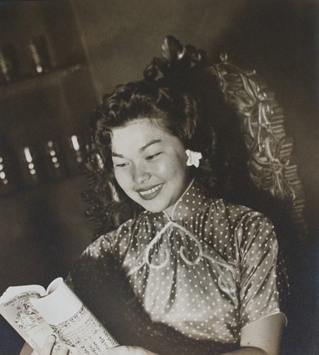 Chinese Woman Reading a Book by Given Tang(Hawaiian Photograph)